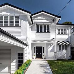 and gave this Queenslander home a magical makeover, using Linea cladding to achieve a classic Hamptons look. Die Hamptons, Hamptons Style Homes, Exterior House Colors, Exterior Paint, Queenslander House, Weatherboard House, Local Builders, Timber House, Custom Built Homes