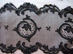 イギリスのヴィクトリアン(ヴィクトリア時代)の絹のブラウスに装飾されていたレースです。ごく繊細なものですが、大きなダメージはありません。目立ちませんが、2か所...|ハンドメイド、手作り、手仕事品の通販・販売・購入ならCreema。