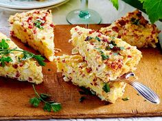 Zwiebelkuchen ohne Boden Rezept | LECKER Party Finger Foods, Party Snacks, Fingerfood Party, Pizza Recipes, Main Meals, Clean Eating, Food And Drink, Veggies, Low Carb