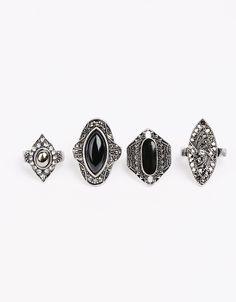 4er-Pack Ringe mit schwarzem Stein. Entdecken Sie diese und viele andere Kleidungsstücke in Bershka unter neue Produkte jede Woche