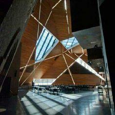 Mcnamara Alumni Center, em Minneapolis, Minnesota, EUA. Projeto do arquiteto Antoine Predock. #architecture #arts #arquitetura #arte #decor #design #decoração #interiores #luzetrancendencia #lighting #projetocompartilhar #shareproject
