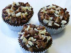Mini cupcakes decorated with Belgian blossons. Raspas de chocolate belga para decorar os mini cupcakes de chocolate