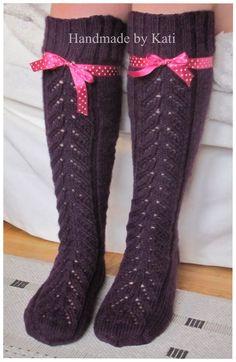 """Olen kovasti ihastunut tähän Novitan polvisukkamalliin, vaikka se pysyi pitkään """"näkymättömänä"""". Lehdessä sukat oli tehty raitalangasta, ja ... Knitting Socks, Knit Socks, Sexy Socks, High Socks, Mittens, Knit Crochet, Handmade, Clothes, Projects"""