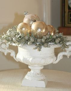 Beautiful Sparkling Silver And Gold Christmas Ornaments Ideas 47 Christmas Urns, Gold Christmas Ornaments, Silver Christmas Decorations, Elegant Christmas, Christmas Centerpieces, Christmas Love, Beautiful Christmas, Winter Christmas, Vintage Christmas