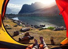 Sonnenstrahlen glitzern im Bergsee: Fantastischer Ausblick aus dem Zelt am Lake Alaudin.