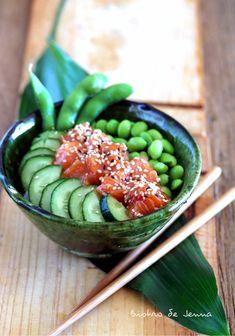 Le chirashizushi (ちらし寿司), pouvant être abrégé en chirashi, est un sushi« éparpillé ». Contrairement à beaucoup d'autres sushis, ce n'est pas un plat assemblé, mais un simple bol de riz à sushi (assaisonné de vinaigre de riz) sur lequel sont déposées les...