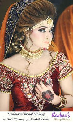 25 Pakistani Wedding Hairstyles for a Perfect Looking Bride Pakistani Wedding Hairstyles, Pakistani Bridal Makeup, Bridal Hair And Makeup, Bride Makeup, Kashees Hairstyle, Bride Hairstyles, Bridal Hair Inspiration, Elegant Wedding Hair, Glamorous Makeup