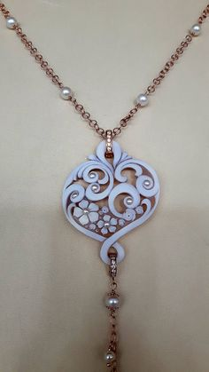 Ehi, ho trovato questa fantastica inserzione di Etsy su https://www.etsy.com/it/listing/527392308/modern-shell-cameo-necklace-w-pearls