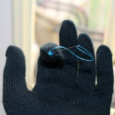 diychristmascrafts: DIY Really Cheap Touchscreen Gloves Tutorial from La Vie en Rose here. You really only need to embroider the thumbs and pointer fingers with conductive thread (and she provides a link for the thread). Homemade Gifts, Diy Gifts, Conductive Thread, Diy Christmas Presents, Christmas Fun, Diy Accessoires, Sewing Baskets, Altering Clothes, Tech Gifts
