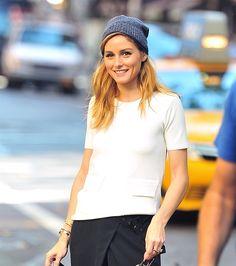 Il look autunnale dell'attrice e modella Olivia Palermo, a spasso per le strade di New York, non passa di certo inosservato. La it girl sceglie uno stivaletto nero lucido con borchiette da abbinare a diversi look: un vestito elegante in chiffon rosso, choker e chiodo per la sera, un abbigliamento più casual con camicetta bianca …