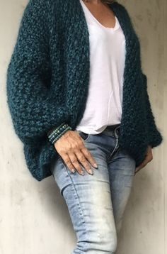Crochet Poncho Patterns, Knit Crochet, Woolen Clothes, Pullover Mode, Fashion Over 50, Sweater Fashion, Knit Cardigan, Knitwear, Fashion Outfits