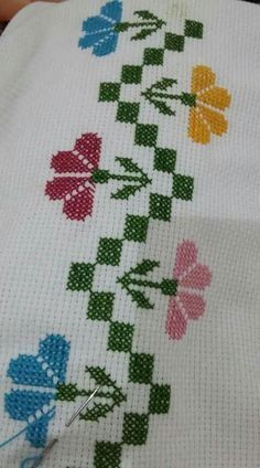 This post was discovered by Olcay Ökten. Discover (and save!) your own Posts on Unirazi. Cross Stitch Rose, Cross Stitch Borders, Cross Stitch Flowers, Cross Stitch Designs, Cross Stitching, Cross Stitch Embroidery, Cross Stitch Patterns, Hand Embroidery Designs, Embroidery Patterns