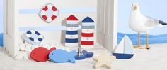Mit maritimen Möbelgriffen / Möbelknöpfen wie Leuchtturm, Segelboot, Fisch oder Seestern zaubern Sie im Handumdrehen ein maritimes Design auf Ihre Kommode, Ihren Schrank oder auch Ihren Wickeltisch. Ob in Ihrem Kinderzimmer, im Badezimmer oder in Ihrem maritim eingerichteten Wohnzimmer mit diesen farbenfrohen Möbelgriffen / Möbelknöpfen verwandeln Sie jedes Möbelstück in einen echten Hingucker.