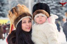 Altay Türk kızı çocuğuyla.