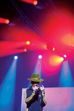 ¨One, Two, Three, Four¨ | Photograph by Artemis Günebakanlı @manyetikbant #magazine #photographymagazine #photography #nightworkers #night #nighttime #nomanipulation #stage #performance #live #music #jamiroquai