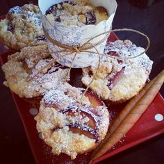 Pflaumen Frischkäse Muffins Rezept: Butter,Rohrzucker,orange,eier,Milch,Mehl,gemHaselnüsse,Backpulver,Ricotta,Eigelb,Zucker,Pflaumen,gehHaselnüsse