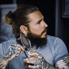Man Bun with Beard lange frisuren 25 New Long Hairstyles For Guys and Boys Guide) New Long Hairstyles, Man Bun Hairstyles, Hairstyles 2018, Beautiful Hairstyles, Hair Up Styles, Hair And Beard Styles, Long Length Hair, Look Retro, Haircuts For Men