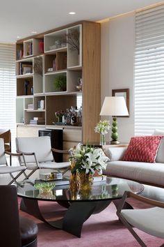 Marcenaria é solução para apartamento generoso Living Room Wall Units, Living Room Shelves, Home Living Room, Living Room Decor, Living Spaces, Muebles Living, Office Interior Design, Simple House, Contemporary Decor
