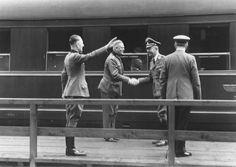 """O Reichsführer-SS Heinrich Himmler aperta a mão de Wilhelm Keitel numa plataforma de trem, em junho de 1941. Da esquerda para a direita: Rudolf Schmundt, Wilhelm Keitel, Heinrich Himmler e Adolf Hitler.  """""""