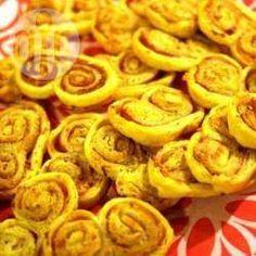 Bladerdeeghapjes / * 1 kant-en-klaar bladerdeeg uit de koelafdeling * 1 boursin® kaasje (knoflook met fijne kruiden) * 4 sneetjes gekookte ham