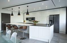 Contemporaine et épurée, cette cuisine ouverte sur le séjour met en scène un îlot en forme de L des plus graphiques. Le…
