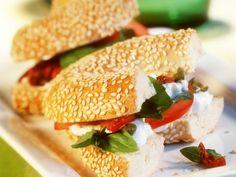 Tomaten-Frischkäse-Bagel ist ein Rezept mit frischen Zutaten aus der Kategorie Fruchtgemüse. Probieren Sie dieses und weitere Rezepte von EAT SMARTER!