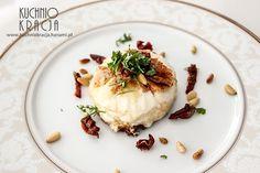Smażony ser kozi z suszonymi pomidorami i orzeszkami pinii, Fot. Hanami®
