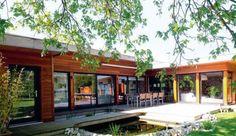 Incroyable, cette maison contemporaine de 136 m2 en bois a été bâtie en 2 jours dans le respect de l'environnement ! Prix au m2 : 1 800 euros TTC. Retour sur les travaux de cette maison neuve pleine d'atouts...