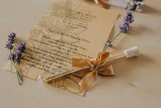 Virág mintákkal díszített meghívó. A hasáb alakú dobozában található a szatén szalaggal díszített kémcső. A benne található, mintával díszített pauszpapíron olvashatóak a meghívóra megálmodott szövegek. A pauszpapír feltekerve, organza szalaggal átkötve található a kémcsőben. #kémcsövesmeghívó #esküvőimeghívó #meghívó #testtube #testtubeinvitation #flowersinvitation #kreatívcsiga #weddinginvitation #wedding #invitation #esküvő #virágosmeghívó #goldinvitation #classicalinvitation… Gift Wrapping, Gifts, Gift Wrapping Paper, Presents, Wrapping Gifts, Favors, Gift Packaging, Gift