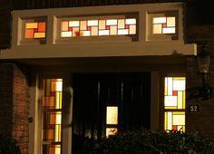 SFEERVOL WONEN! Deze vrijstaande woning is in de afgelopen jaren gerenoveerd maar de karakteristieke eigenschappen zijn bewaard gebleven! De woning beschikt onder andere over een fraaie erker en glas in lood ramen bij de entree die het huis een aut...