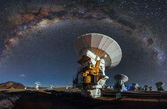 Galaksi Bimasakti di atas teleskop radio ALMA, Cile. Kredit: A. Duro/ESO   SpaceNesia - Dalam buku-buku sains dan astronomi di sekolah-s...