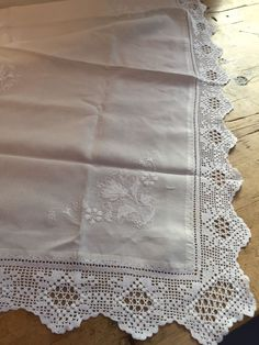 VINTAGE LINEN WITH WHITEWORK & WHITE COTTON LACE EDGED TABLECLOTH