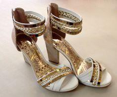 Você descobre que é viciada em sapatos quando já tem uma sapateira cheia e sempre acha espaço pra um parzinho novo. Tanara Brasil.