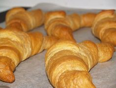 It feels good to make on your own, the all-time favorite Croissants . Enjoy the unique flavor and taste of Croissants with this quick and simple recipe! Bread Recipes, Cooking Recipes, I Chef, Croissants, Sin Gluten, Bread Baking, Easy Meals, Food And Drink, Favorite Recipes