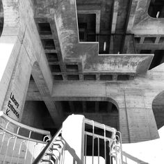 Entrance below #brutal_architecture by William Pereira & Associates (at UCSD Geisel Library)