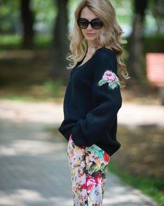 «Холод - не повод отказываться от ярких цветов. Но можно уравновесить их черным пуловером с вышитой…»