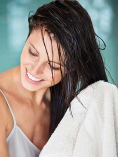 Makeup Tutorials & Makeup Tips : 10 Healthy Hair Tips For Strong Shiny Hair Medium Long Hair, Medium Hair Styles, Curly Hair Styles, Short Hair, Hair Cute, Great Hair, Wet Hair Overnight, Sleeping With Wet Hair, Vintage Hairstyles Tutorial