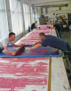 We just love images like this, showing the cooperation and effort put into creating some of the beautiful fabrics we all take for granted. Textile Prints, Textile Patterns, Textile Design, Print Patterns, Diy Screen Printing, Screen Printing Machine, Silkscreen, Textiles Techniques, Love Images