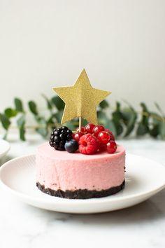Romige frambozen desserts met een bodem van Oreokoekjes Mousse Dessert, Dessert Drinks, Healthy Dessert Recipes, Christmas Desserts, High Tea, Food Inspiration, Panna Cotta, Foodies, Oreo
