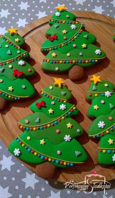tree cookies decorated with royal icing. - Essen und Trinken -Christmas tree cookies decorated with royal icing. Cute Christmas Cookies, Christmas Biscuits, Iced Cookies, Christmas Sweets, Noel Christmas, Cookies Et Biscuits, Holiday Cookies, Christmas Baking, Cupcake Cookies