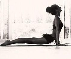 最後に、息を吸いながら腹部を思い切り伸ばしてみましょう。 適度に負荷をかけた後は、はじめよりも気持ちよく伸びるのが感じられるはずです。 ここでは、腹部を伸ばしながら胸も開かせていきましょう。吸う息で体が伸びていくイメージです。新たなエネルギーが体を浄化してくれそうですね。
