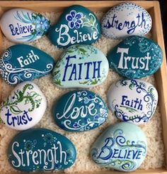 Legende Custom Designs Gallery Popular Quotes most popular bible quotes Rock Painting Patterns, Rock Painting Ideas Easy, Rock Painting Designs, Paint Designs, Stone Crafts, Rock Crafts, Diy And Crafts, Crafts For Kids, Story Stones