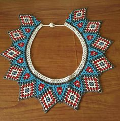 Hermoso collar Beading Projects, Beading Tutorials, Beaded Jewelry, Beaded Necklace, Beadwork Designs, Native American Beadwork, African Jewelry, Fringe Earrings, Neck Pattern
