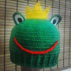 Touca de crochê com formato de sapo, com coroa.