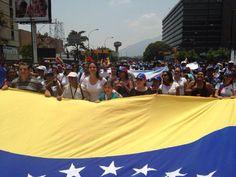Seguimos en la calle,protestando pacíficamente hasta lograr la transición a la democracia;Venezuela despertó! pic.twitter.com/X1pMwehD3b