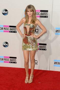 Taylor Swift brilló con este mini vestido de Julien Macdonald. Un traje muy corto con pequeñas piezas metálicas que emulaban un profundo escote frontal complementado con sandalias Jimmy Choo y joyas de Lorraine Schwartz.