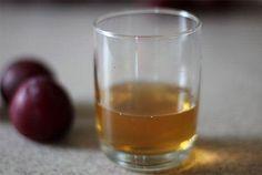 Vous voulez vous débarrasser des vilaines mouches à fruits une fois pour toute? Rien de plus simple : dans un verre, versez un fond de vinaigre de cidre avec quelques gouttes de savon à vaisselle… et le tour est joué!