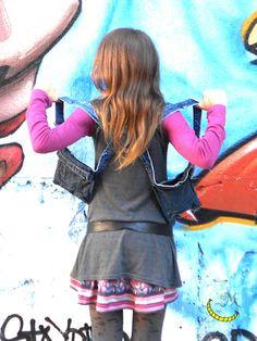 Gilet fondina di tessuto jeans con inserti di cotone, ha due tasche laterali, un gancio per appendere le chiavi e si infila come uno zainetto. Pratico, comodo e stiloso... libertà di movimento e mani libere, sempre!!! :)  Colori: Denim e rosa  100% Riciclo Creativo  I tessuti utilizzati per questa creazione provengono da vari capi di abbigliamento in disuso. -------------> Seguimi sul web: https://malicecraft.wordpress.com/  -------------> e su fb: https://www.facebook.com/MaliceCrafts