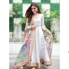 15 Stunning collection of simple saris with designer blouse designs - Outfit Fashion Pakistani Formal Dresses, Pakistani Fashion Casual, Indian Gowns Dresses, Pakistani Dress Design, Pakistani Outfits, Indian Outfits, Indian Fashion, Pakistani Clothes Casual, Indian Wedding Dresses