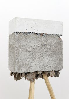 Injections - Projections : Clemence Seilles Implication of weight? Embed objects in concrete or resin? Concrete Sculpture, Sculpture Art, Land Art, Concrete Cement, Art Brut, 3d Studio, Assemblage, Installation Art, Les Oeuvres